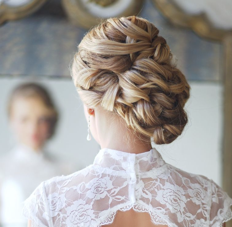 Укладка из плетений для невесты можно прикрепить к ней фату