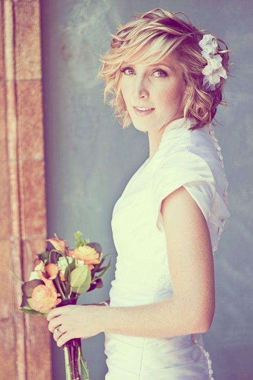 Свадебная укладка на боб каре с цветами без фаты