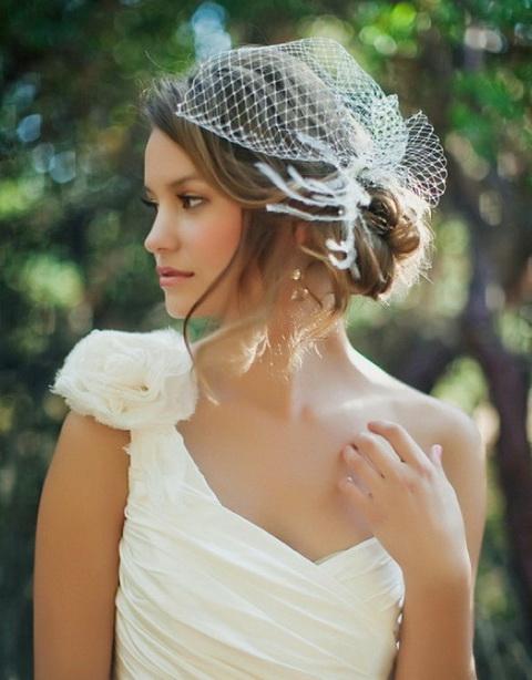Свадебная прическа с фатой из мини вуали