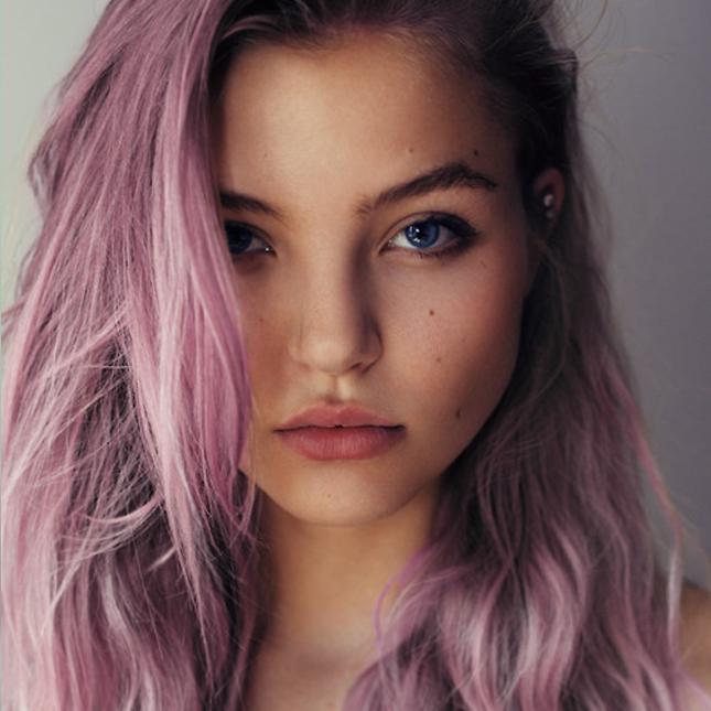 Фото серого окрашивания волос с розовым оттенком