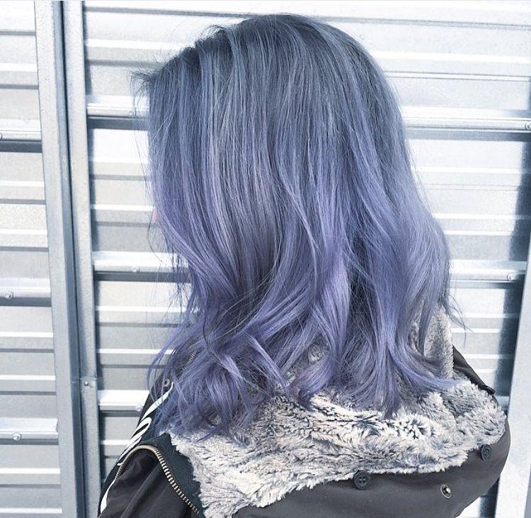 Красивое окрашивание волос в пепельный цвет с синими прядями