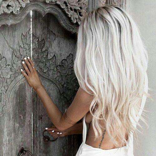 Красивые волосы светлого блонда с серебристым оттенком