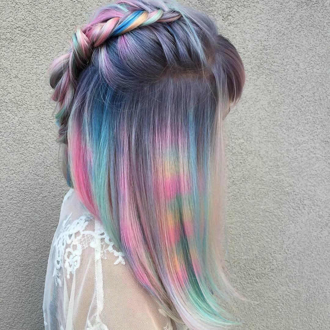 серебристое окрашивание волос фэнтези с пастельными разноцветными прядями