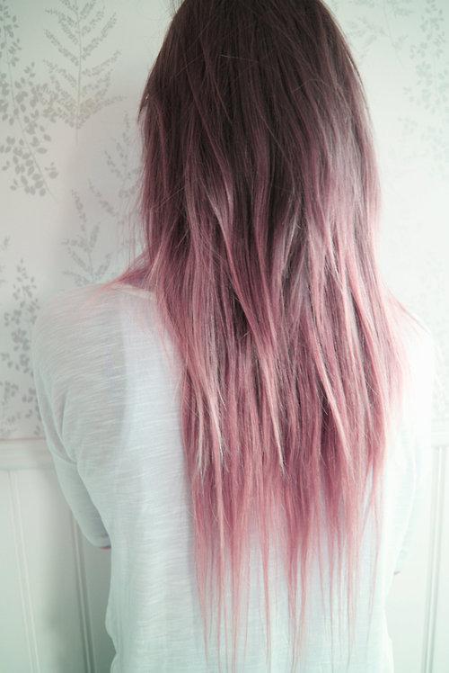 Фото серого окрашивания волос с розовыми прядями