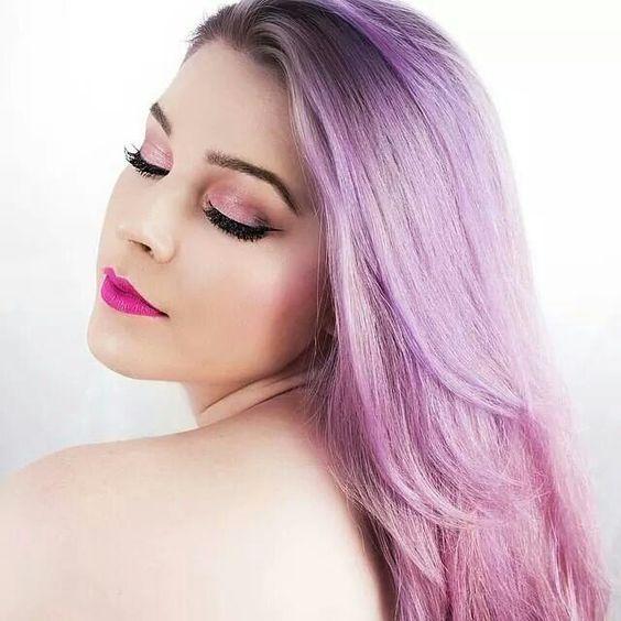 Красивый фиолетовый цвет волос с темными корнями основа серый цвет