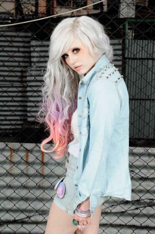 Светло серые волосы с розовыми прядями фото