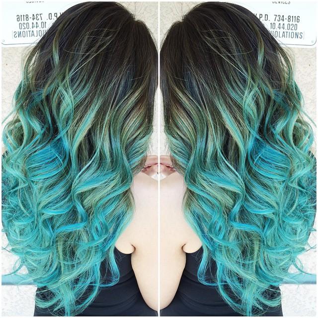 Волосы серого цвета с омбре сине-зеленого цвета