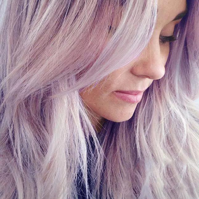 Фиолетовые волосы с серым оттенком