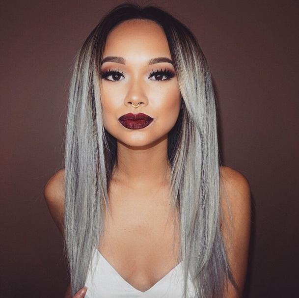 Длинные волосы серого цвета с голубым оттенком