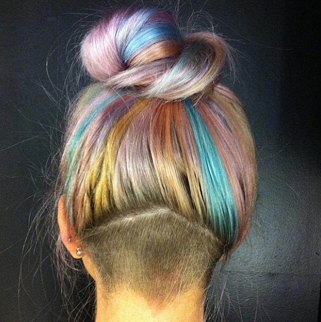 Волосы покрашенные в серый цвет волос с яркими прядями