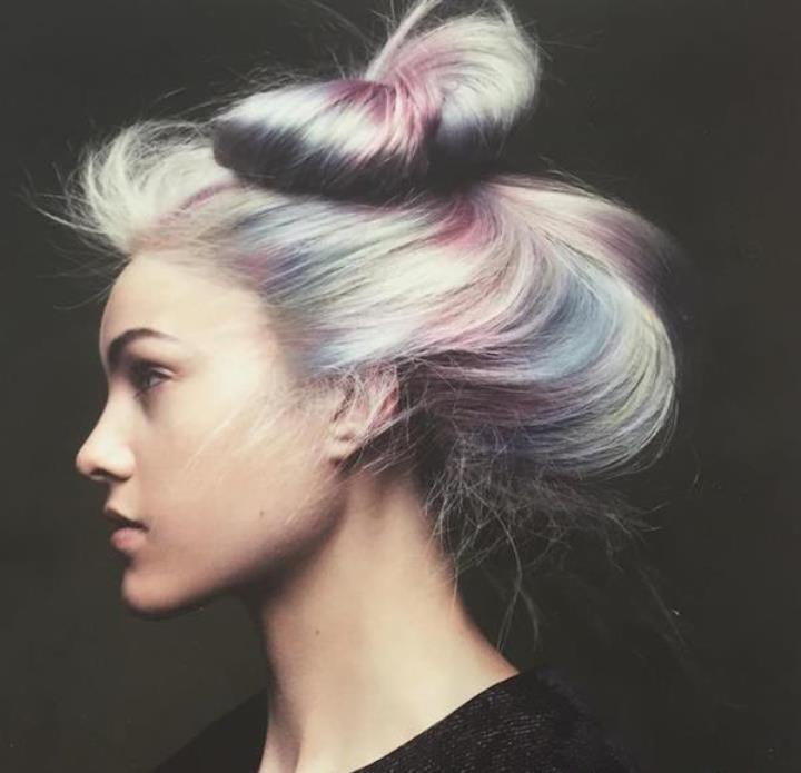 Волосы средней длинны с опаловыми оттенками