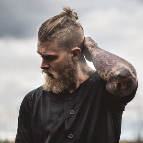 Брутальная прическа с густой бородой фото