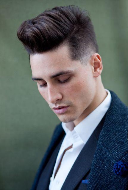 Уложенные кверху волосы с выбритыми висками фото мужских стрижек